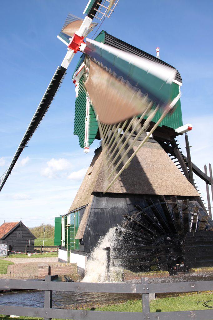 Windmühle als Wasserpumpwerk in voller Aktion