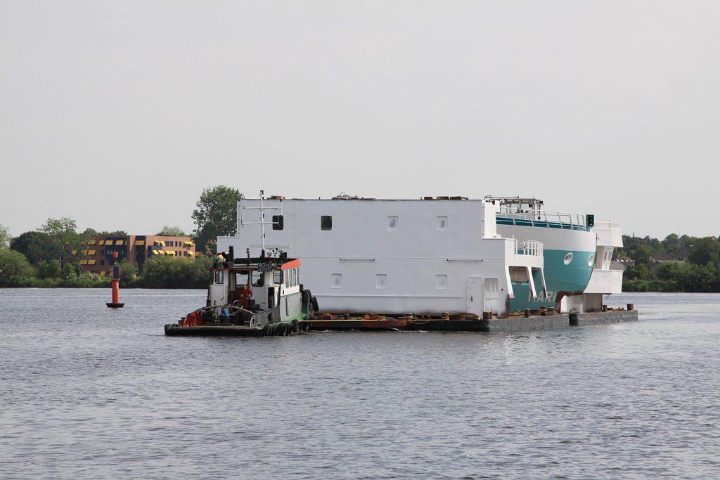 Schwertransporte finden in Holland auf dem Wasser statt