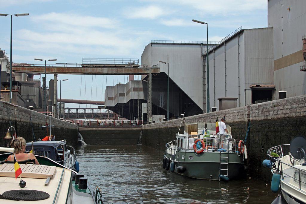 Schleuse Marcinelle in Charleroi mitten in der Schwerindustrie