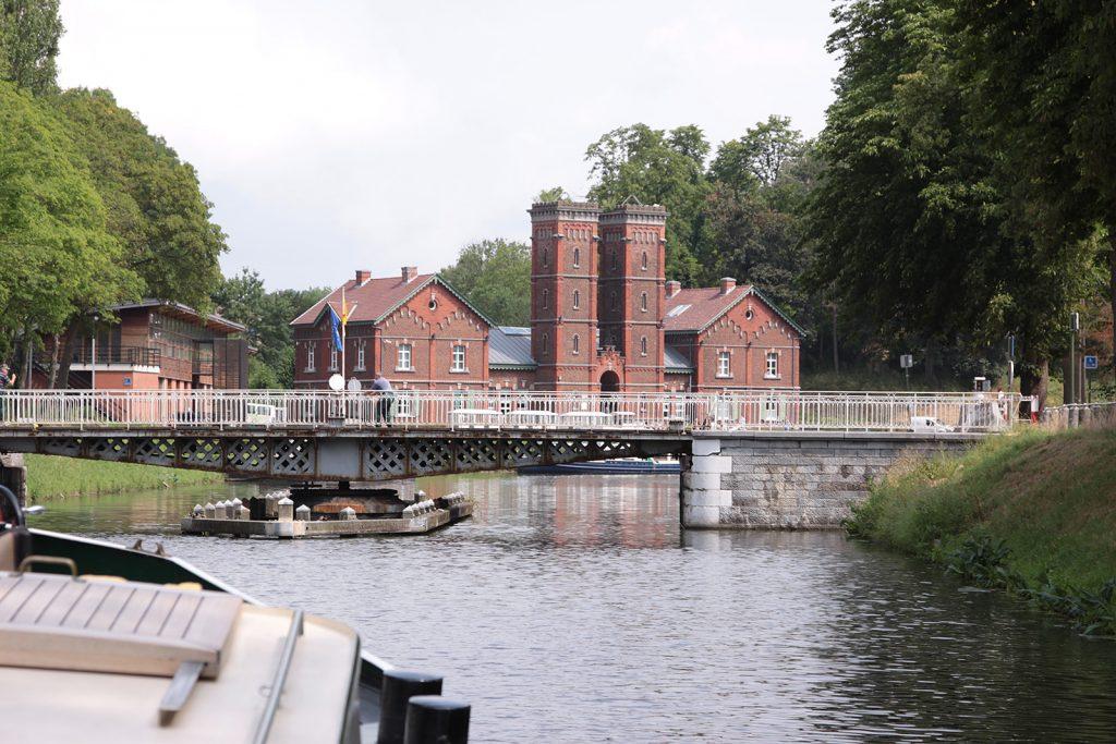 Von Hand bediente, historische Drehbrücke mit passender Kulisse