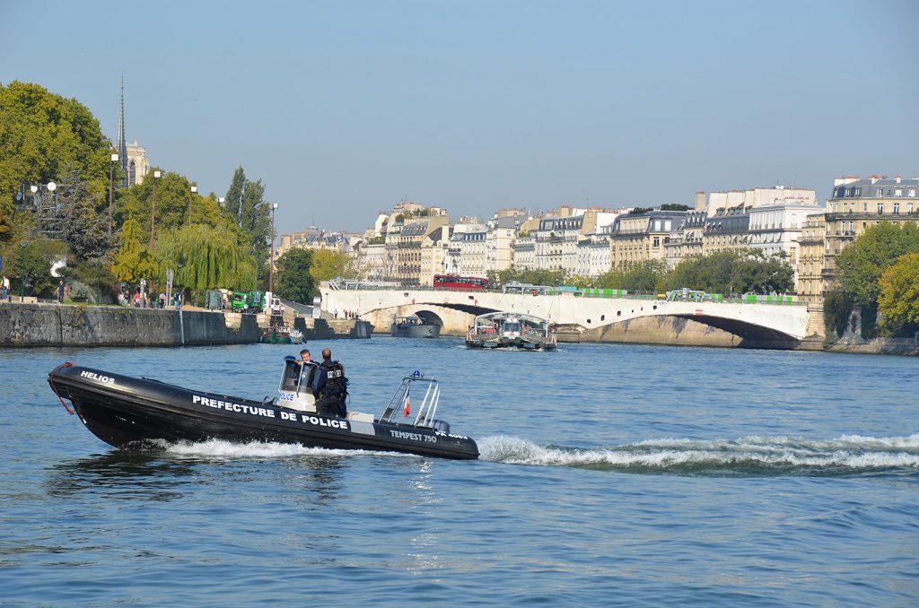 Die Wasserschutzpolizei ist in Paris freundlich und allgegenwärtig