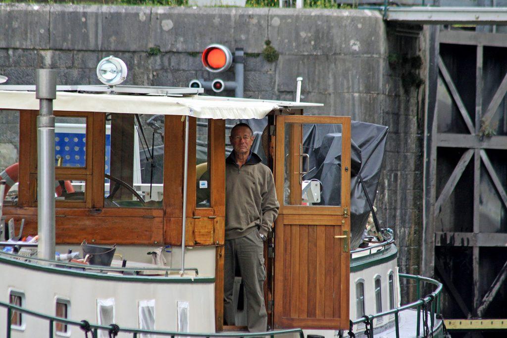 Der Kapitän nimmt die Schleusenmanöver sehr gelassen