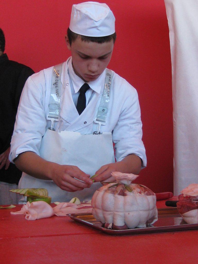 Ein Metzgerlehrling zeigt sein Können an der «Fête du Charolais»