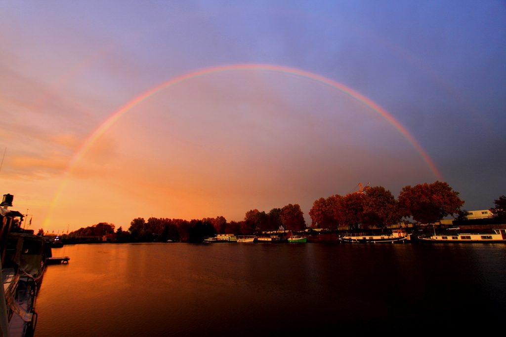 Regenbogen über dem Hafenbecken von Roanne