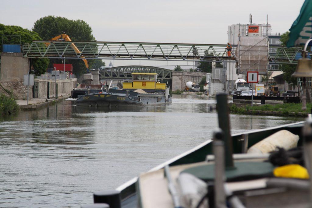 Der Canal Saint Denis wird noch stark von der Berufsschifffahrt genutzt