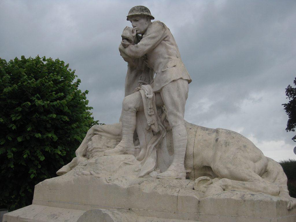 Denkmal in Chipilly s/Somme: Britischer Soldat tröstet sein verwundetes Pferd