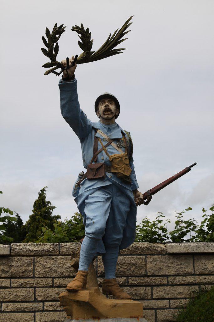 Kriegsdenkmal in Cappy s/Somme: Ein siegreicher Held