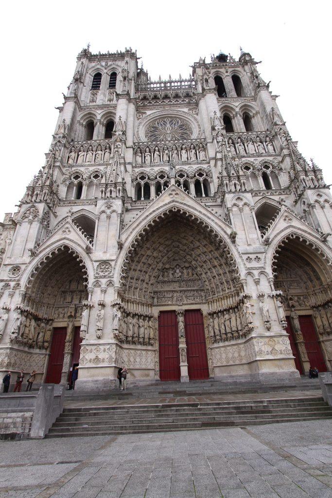Die Portale der Kathedrale von Amiens bei Tag...