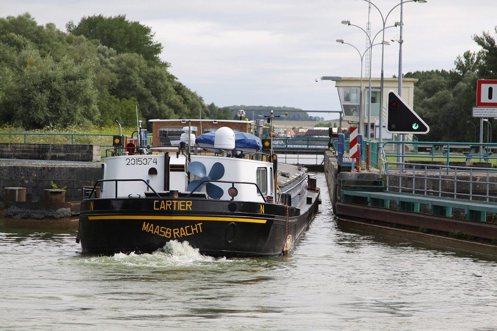 Einfahren in eine volle Schleuse hinter dem holländischen Frachtschiff «Cartier»