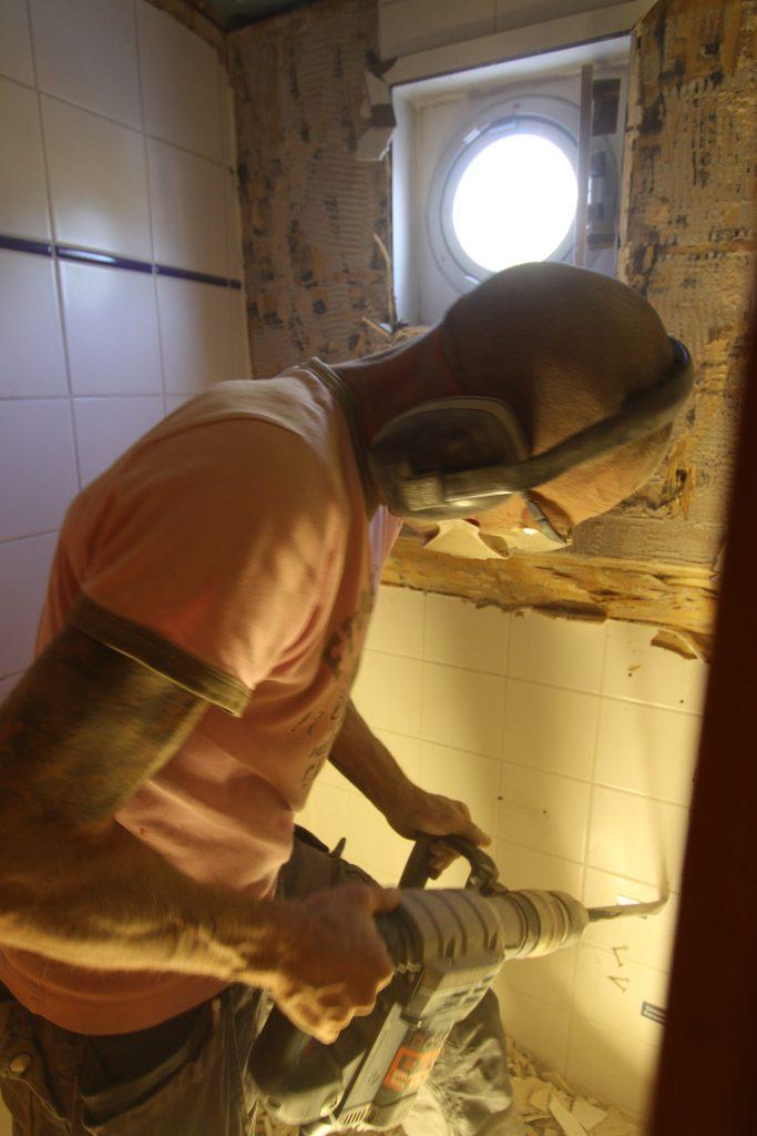 Die alte Dusche/Toilette wird abgebrochen