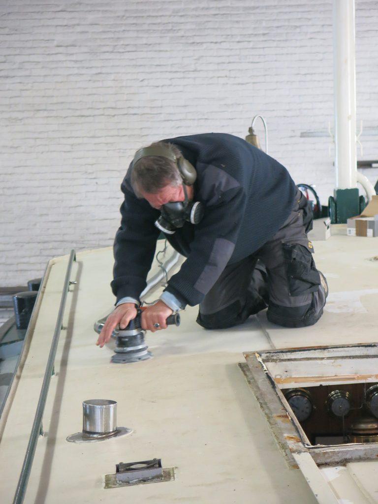 Abschleifen der alten Farbe auf dem Salondach