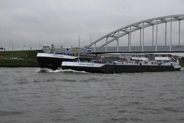 Auf dem viel befahrenen Amsterdam-Rheinkanal