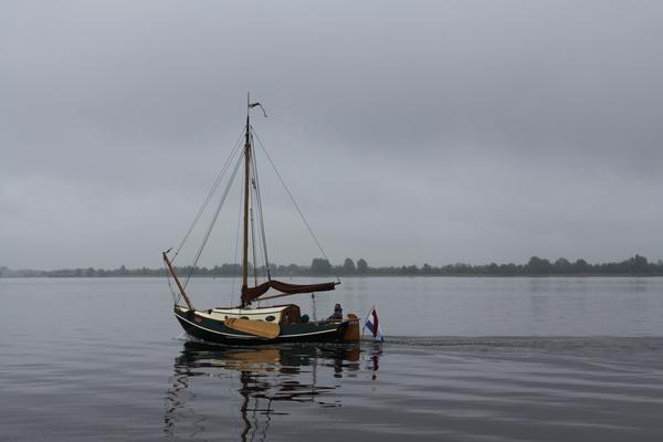 Plattbodenboot mit Seitenschwertern