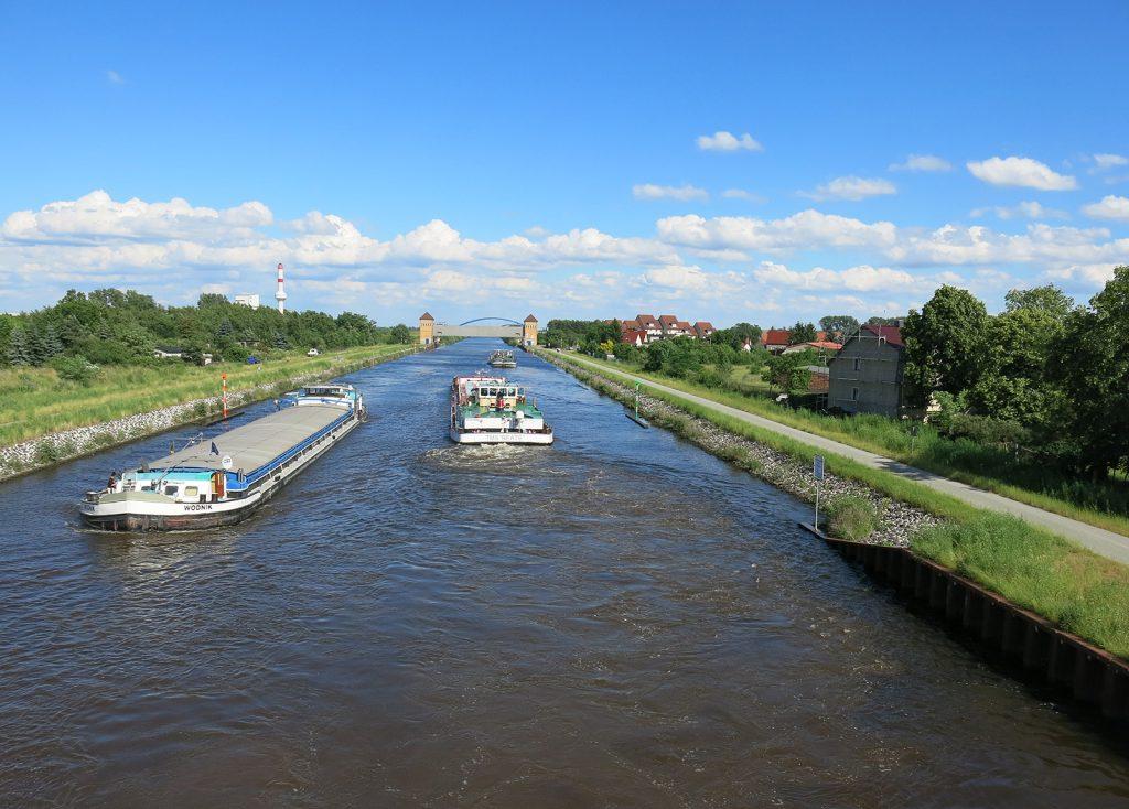 Der Mittellandkanal bei km 300 mit Sicherheitstor Haldensleben