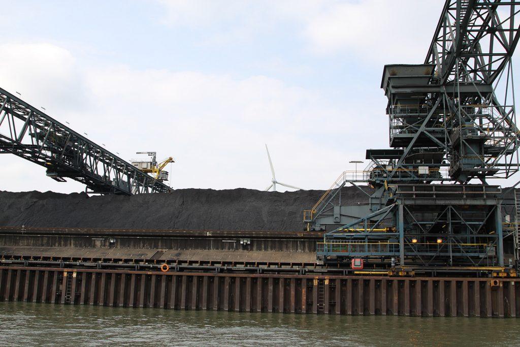 Riesige Kohlehalden vor einem Kohlekraftwerk am Mittellandkanal