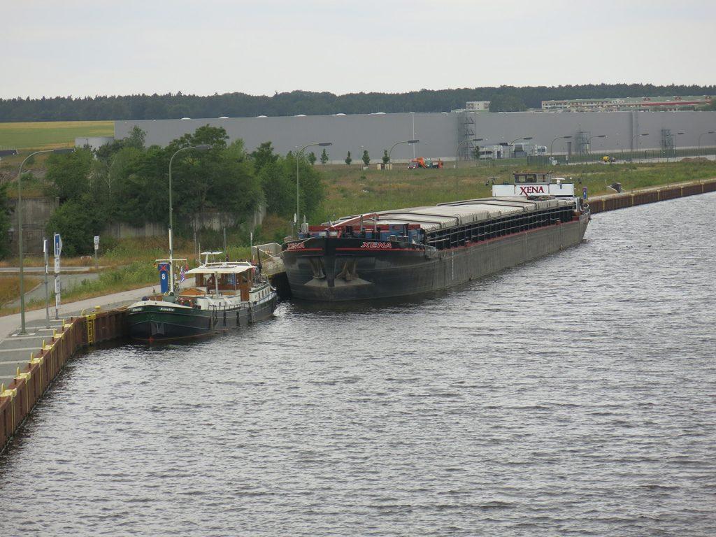 Am Quai von Haldensleben, vor dem niederländischen Frachtschiff «XENA».