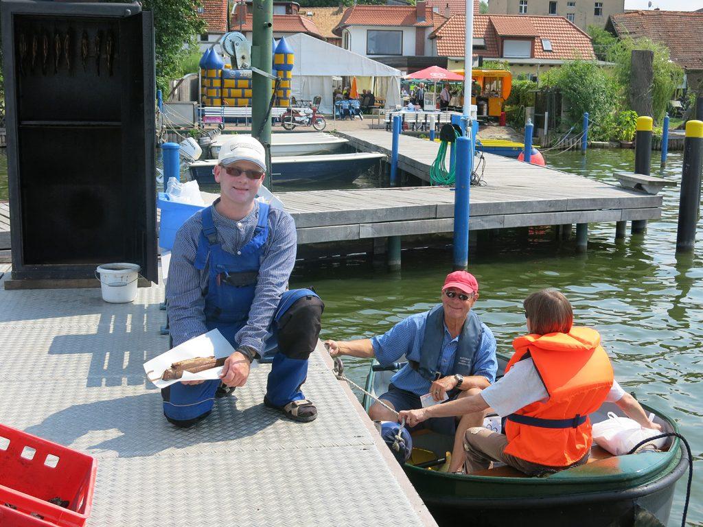 Hans-Joachim Kaubisch mit frisch geräucherten Forellen in Teupitz