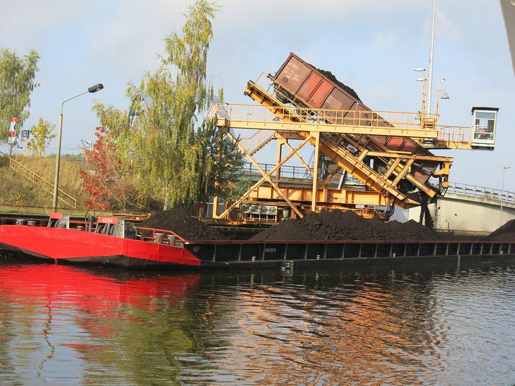 Braunkohle: Aus dem Eisenbahnwagen aufs Schiff ins Kraftwerk in die Atmosphäre