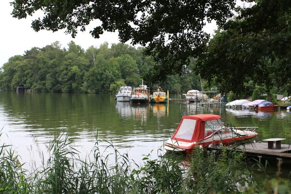Die «MY Tuulikki» längsseits von Kinette am Teupitzer See