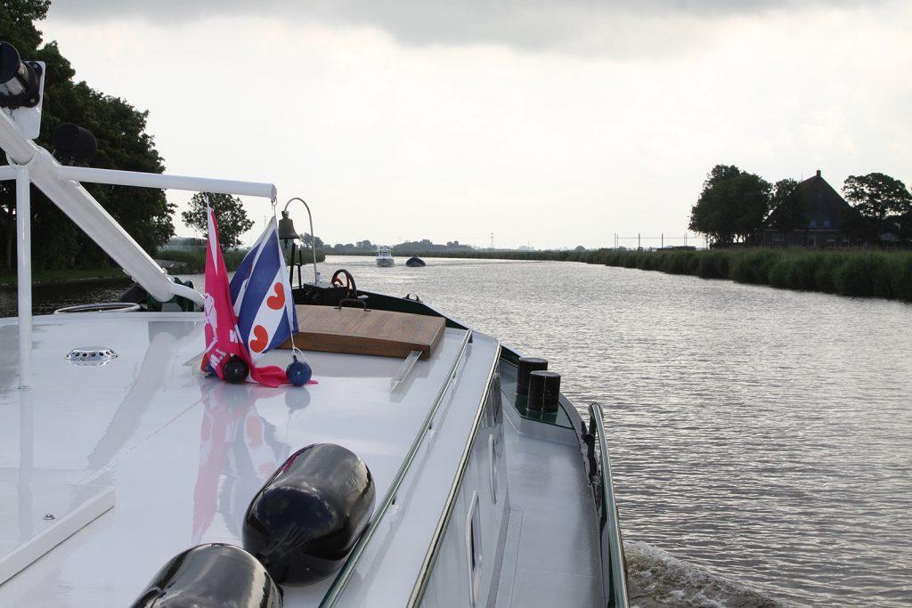 Auf dem Van Harinxmakanaal von Harlingen nach Leeuwarden