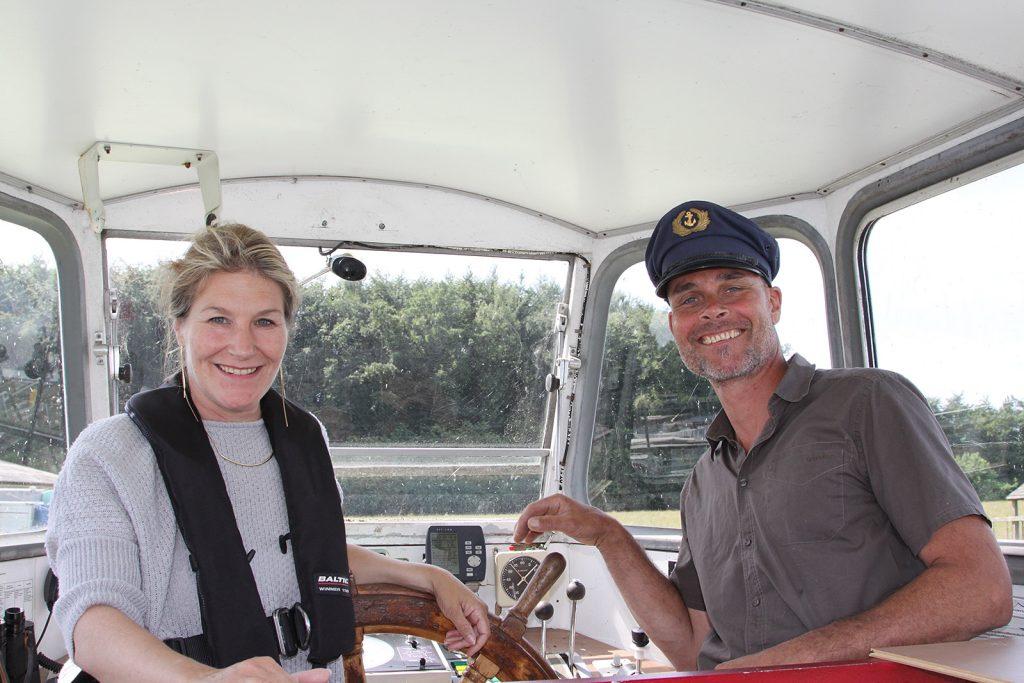 Maya und Stefan Reichling im Steuerhaus der «Seeland»