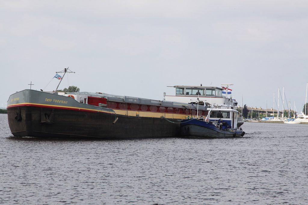 Ein Frachtschiff wird während der Fahrt betankt