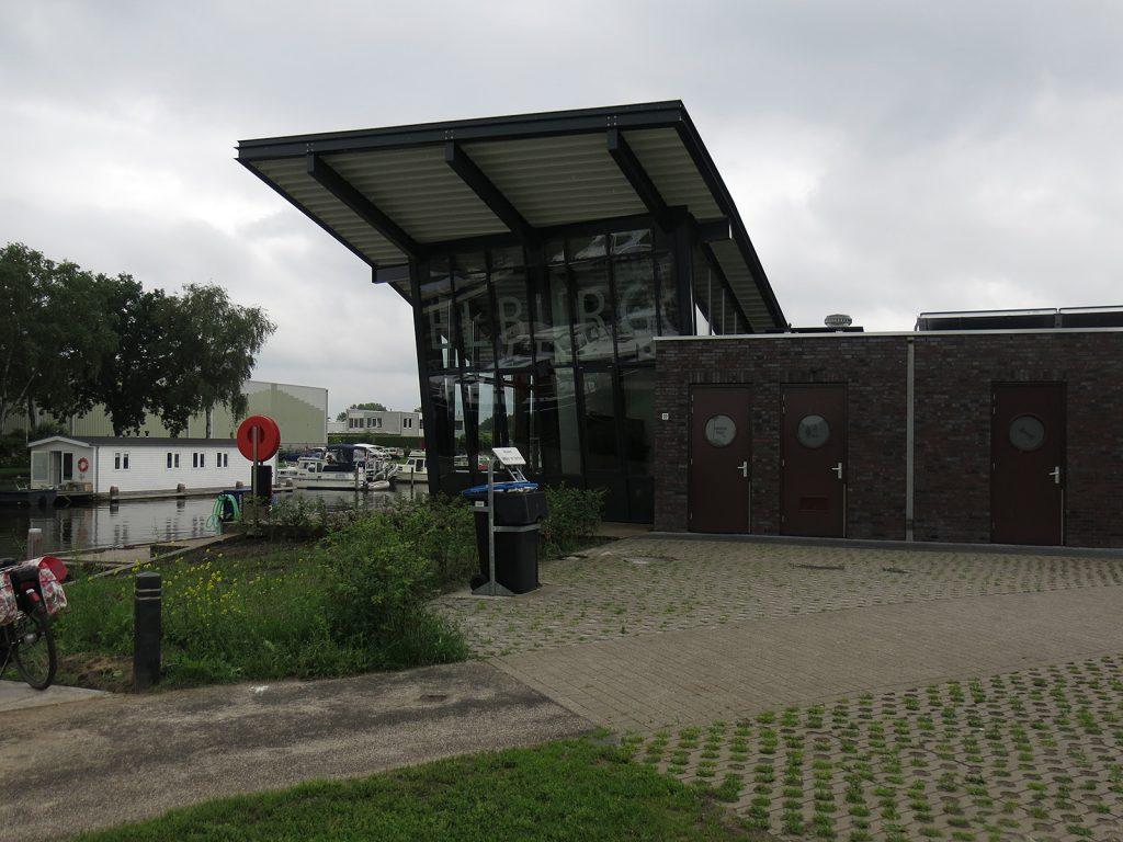 Das ultramoderne Hafengebäude von Elburg
