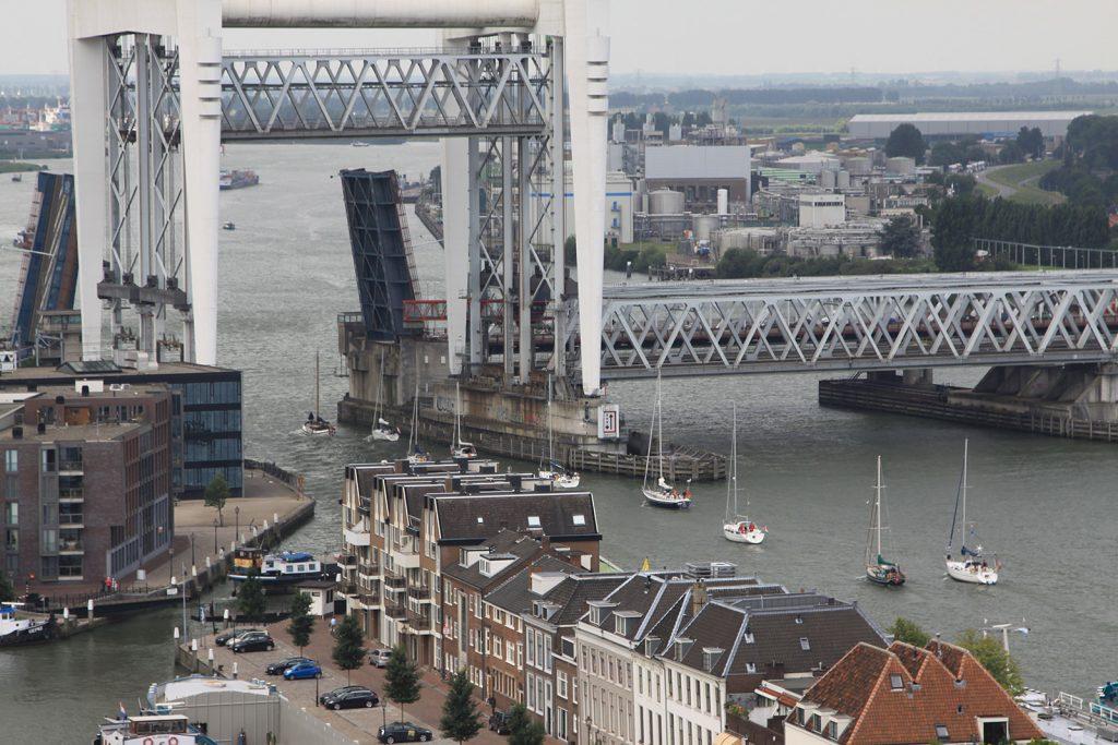 Beide Brücken offen, Segelschiffe können mit stehendem Mast durchfahren
