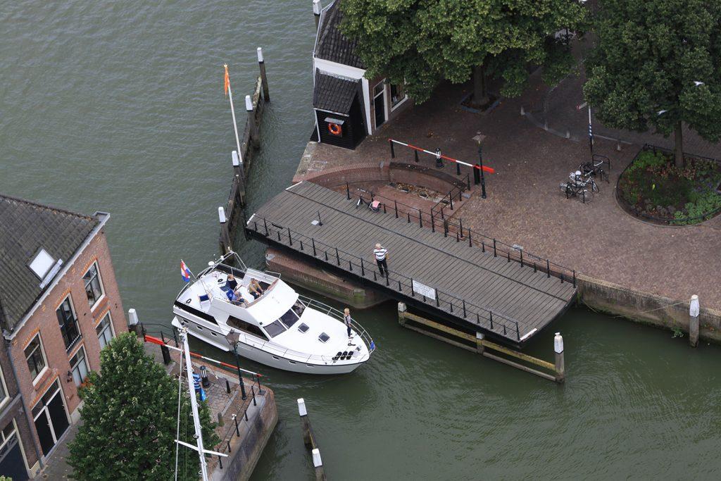 Einfahrt in den Yachthafen Maartensgat durch die Drehbrücke