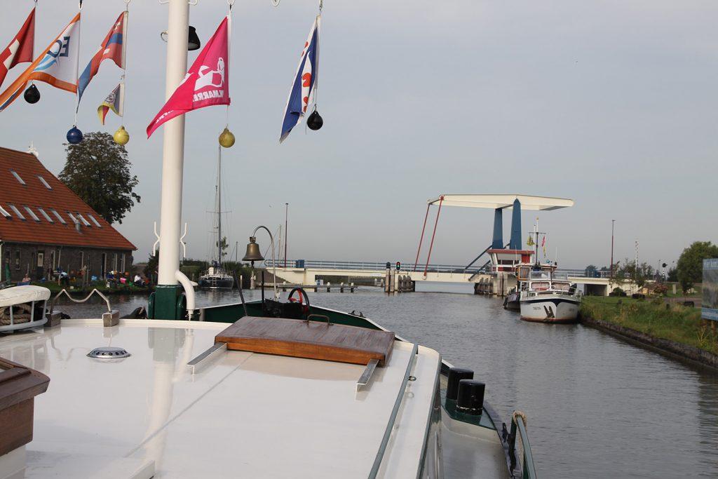 Die Hebebrücke von Follega westlich des Tjeukemeers