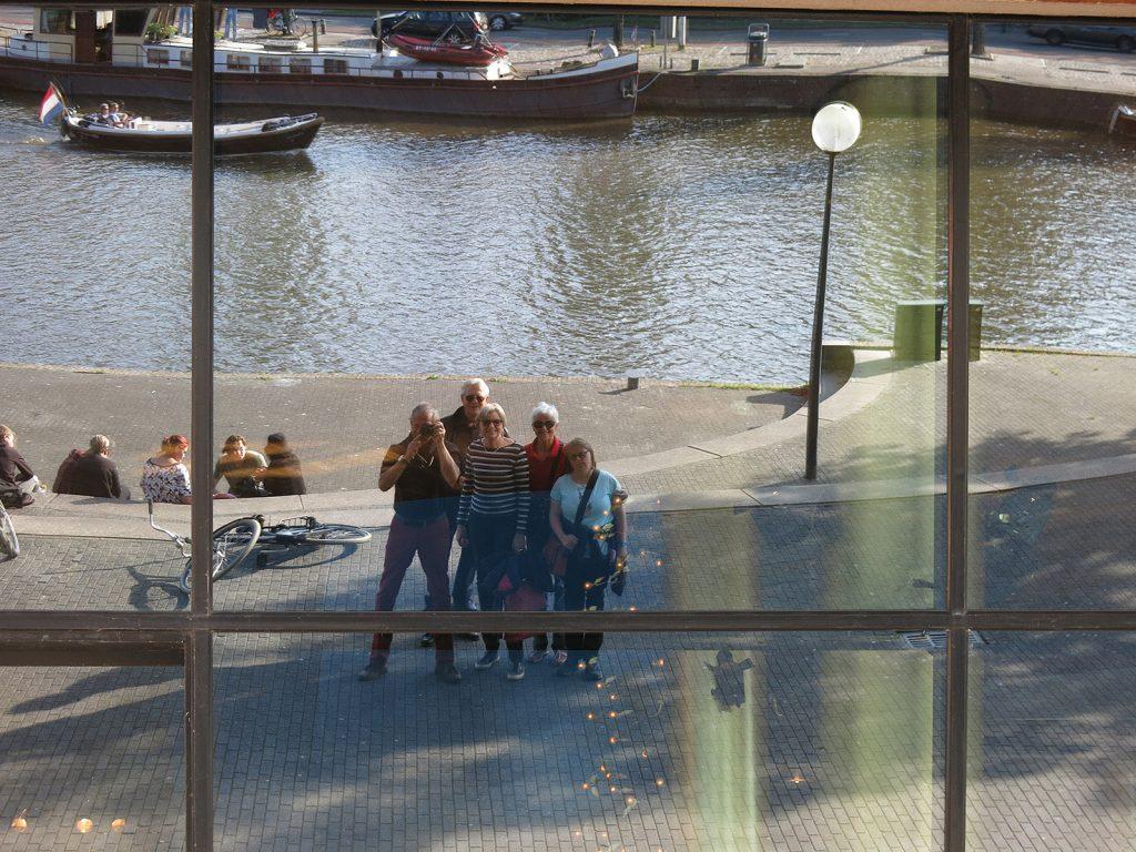 Selfie in der spiegelnden Fassade der Leeuwardener «Harmonie»