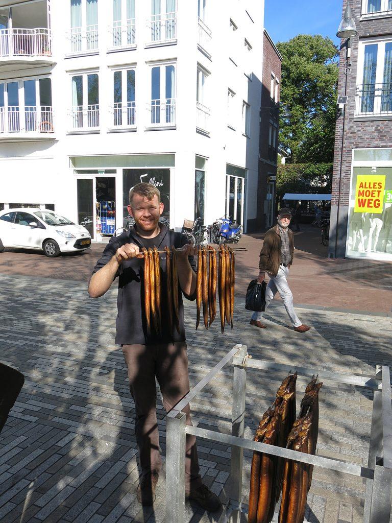Frisch geräucherter Aal am Sonntagsmarkt in Leeuwarden