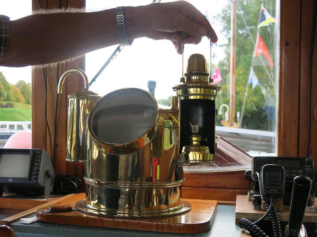 Der Kompass wird mit einer Petroleumlampe beleuchtet