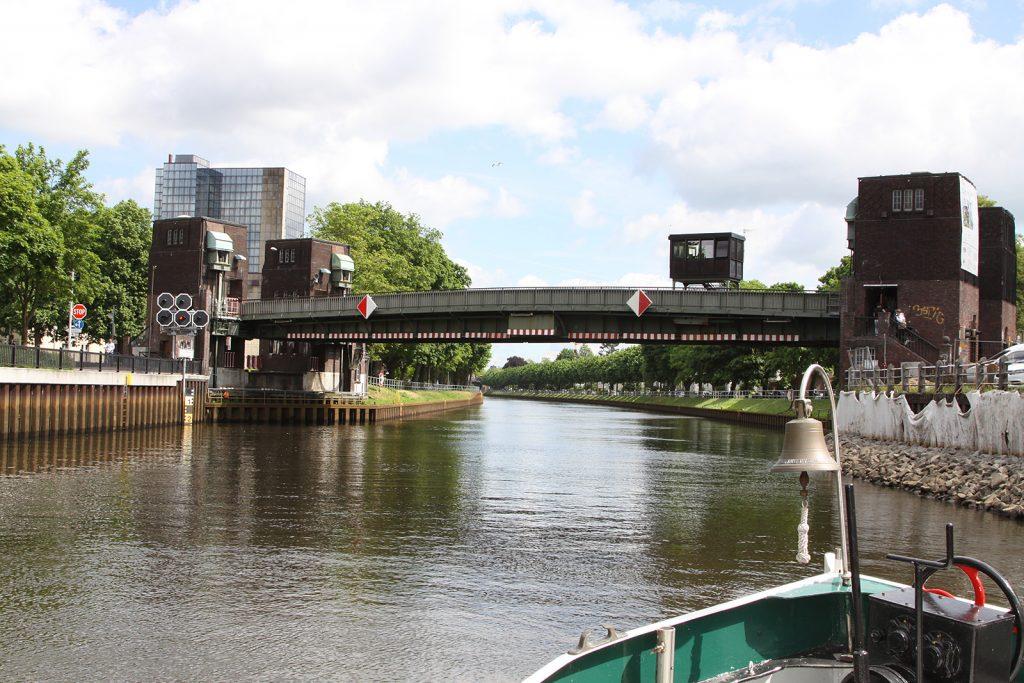 Die Cäcilienbrücke wird gehoben