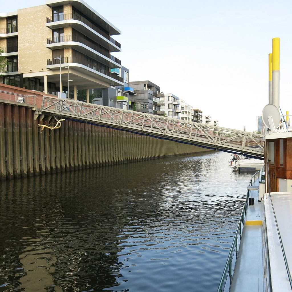 Die Gangway zum bei Niedrigwasser