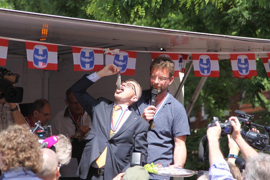 Der Bürgermeister verkostet den ersten Matjes
