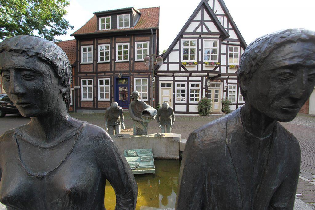 Brunnen «Die Spargelverkäufer» in Nienburg