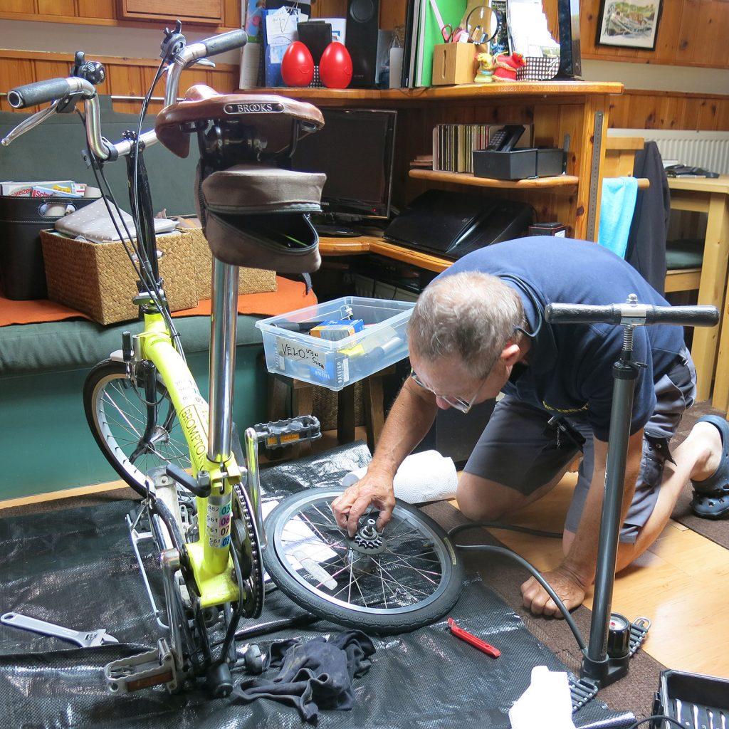 Aus klimatischen Gründen wird die Fahrradwerkstatt in den Salon verlegt