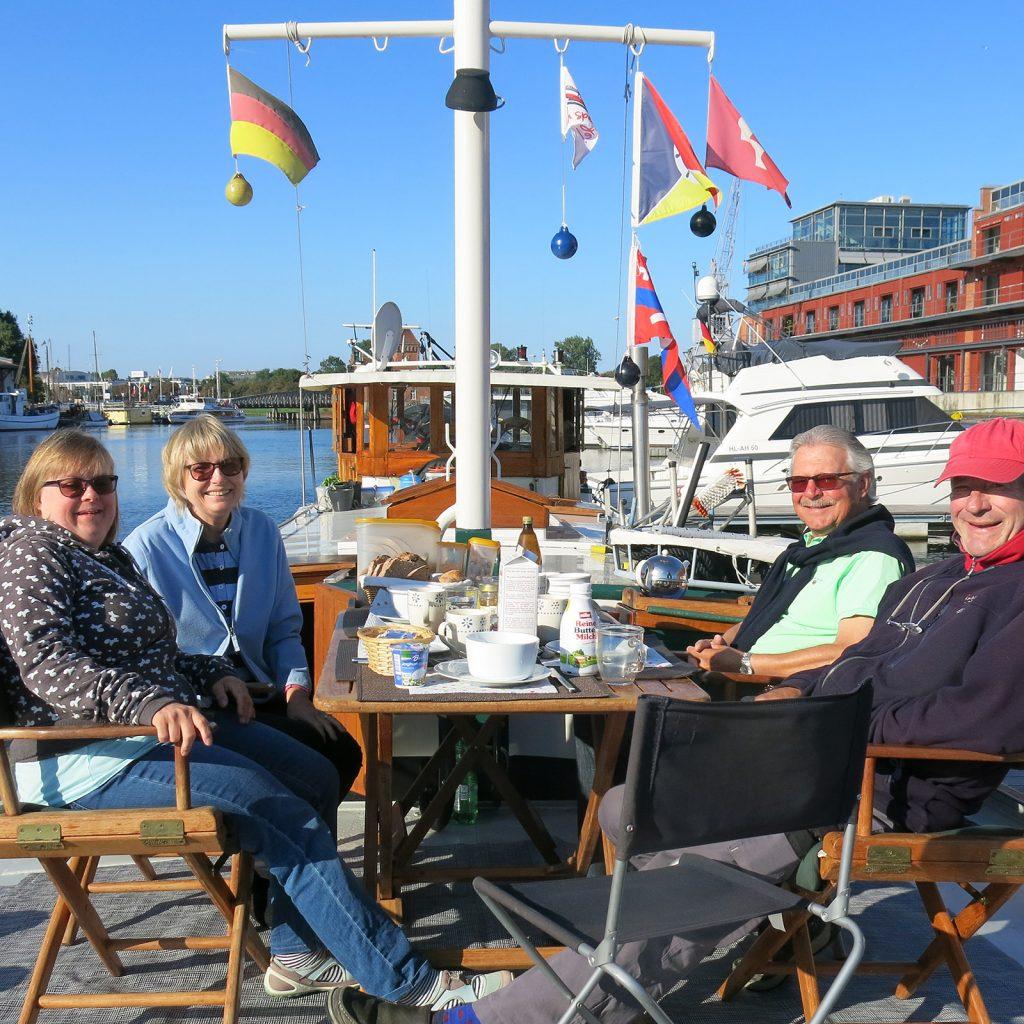 Frühstück mit Lara, Christina und Kuno Müller an Deck in Lübeck