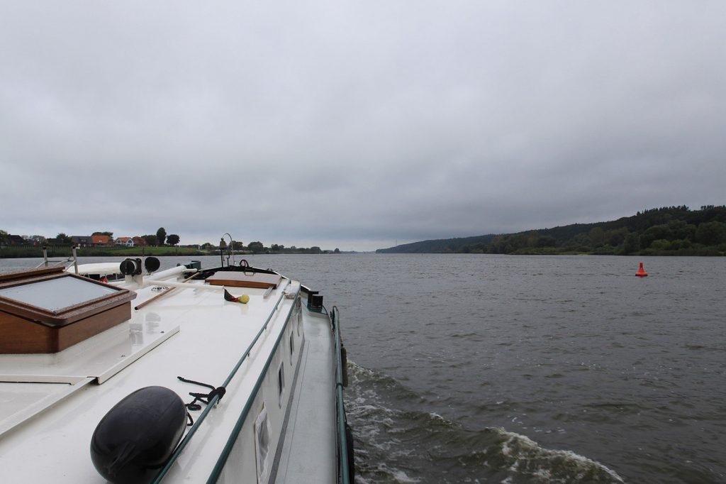 Aufziehendes Gewitter über der Elbe