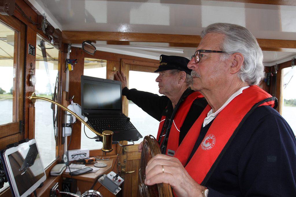 Kapitän und Steuermann in voller Konzentration