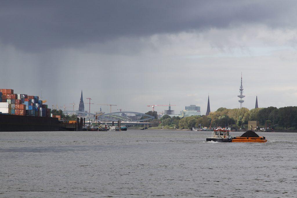 Einlaufen in den Hafen Hamburg