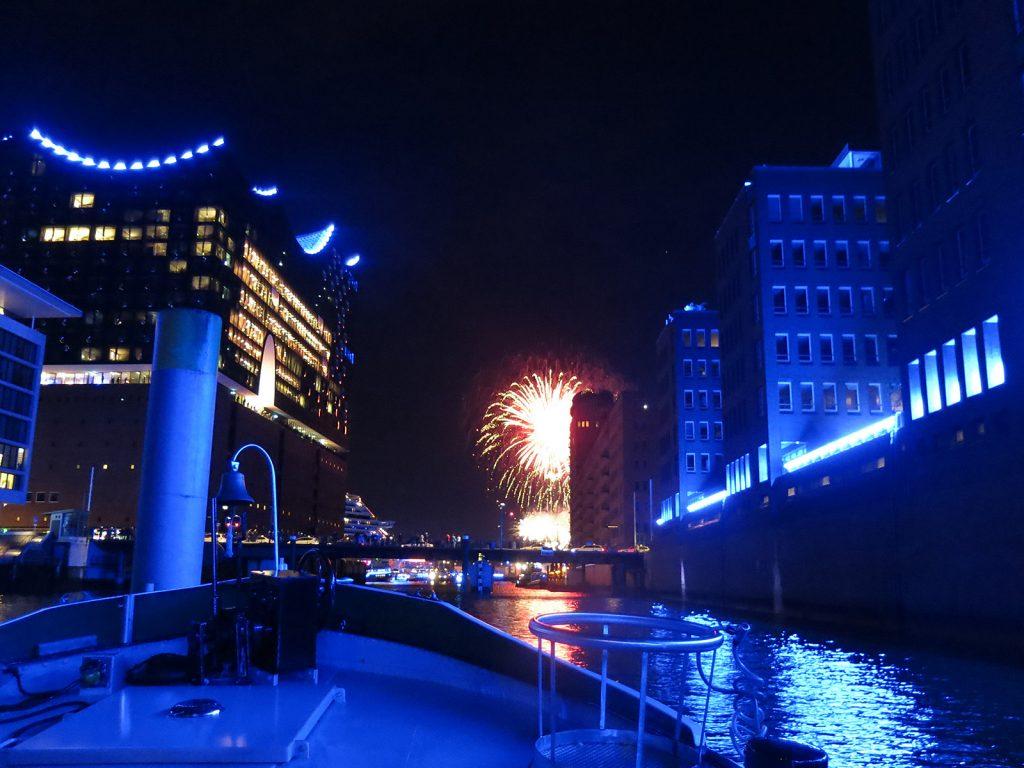 Elbphilharmonie, Kreuzfahrtschiff und Feuerwerk – von unserem Vorderdeck aus