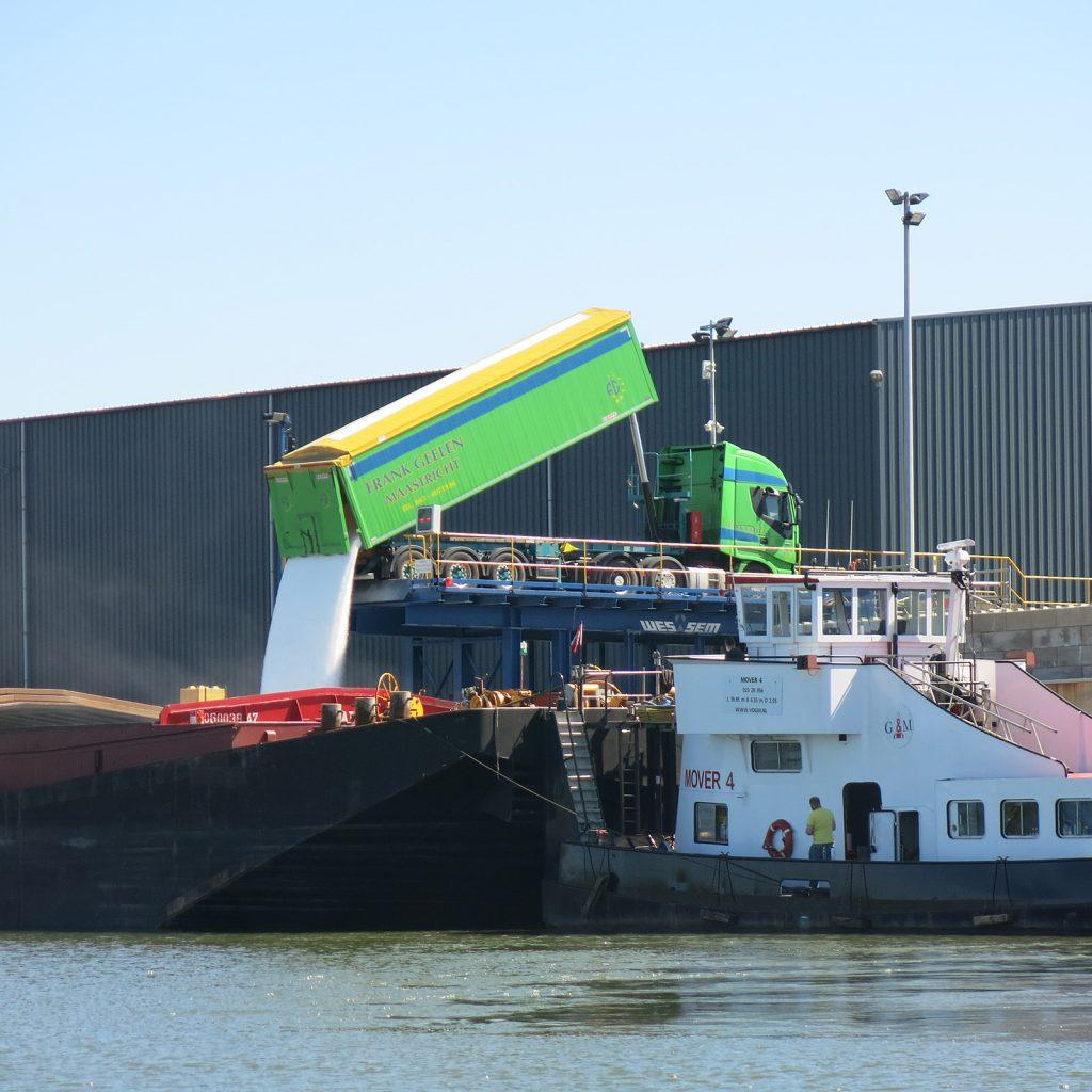 Güterumschlag in Maasbracht vom Lastwagen aufs Schiff