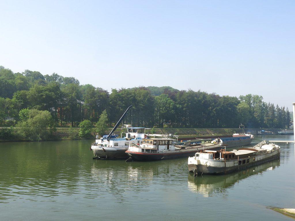 Vor der Werft Meuse et Sambre in Beez