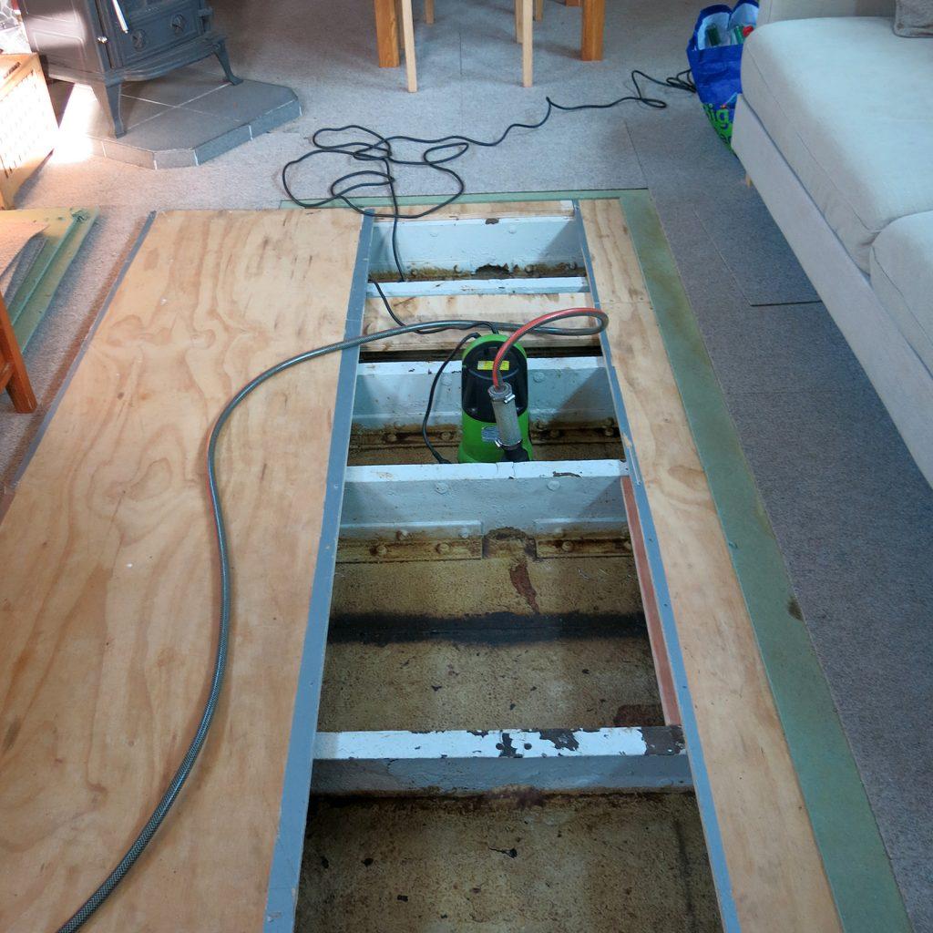 Bodenluken offen und zur Sicherheit eine einsatzbereite Tauchpumpe