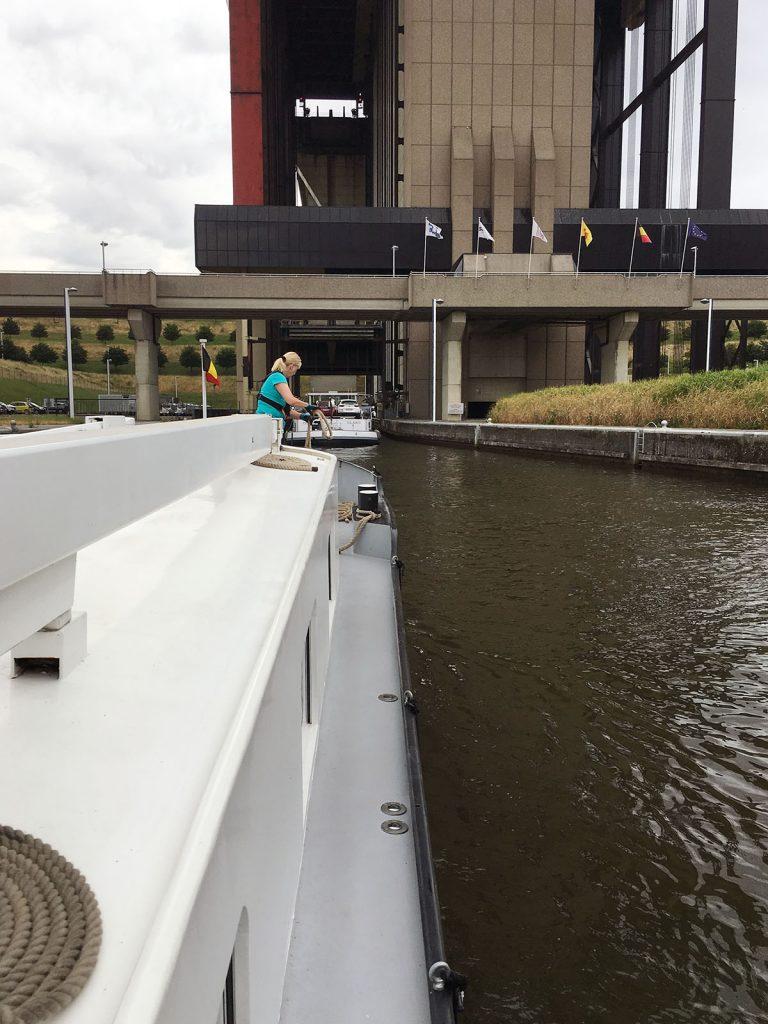 Hinter der «Olako» in den Schiffslift