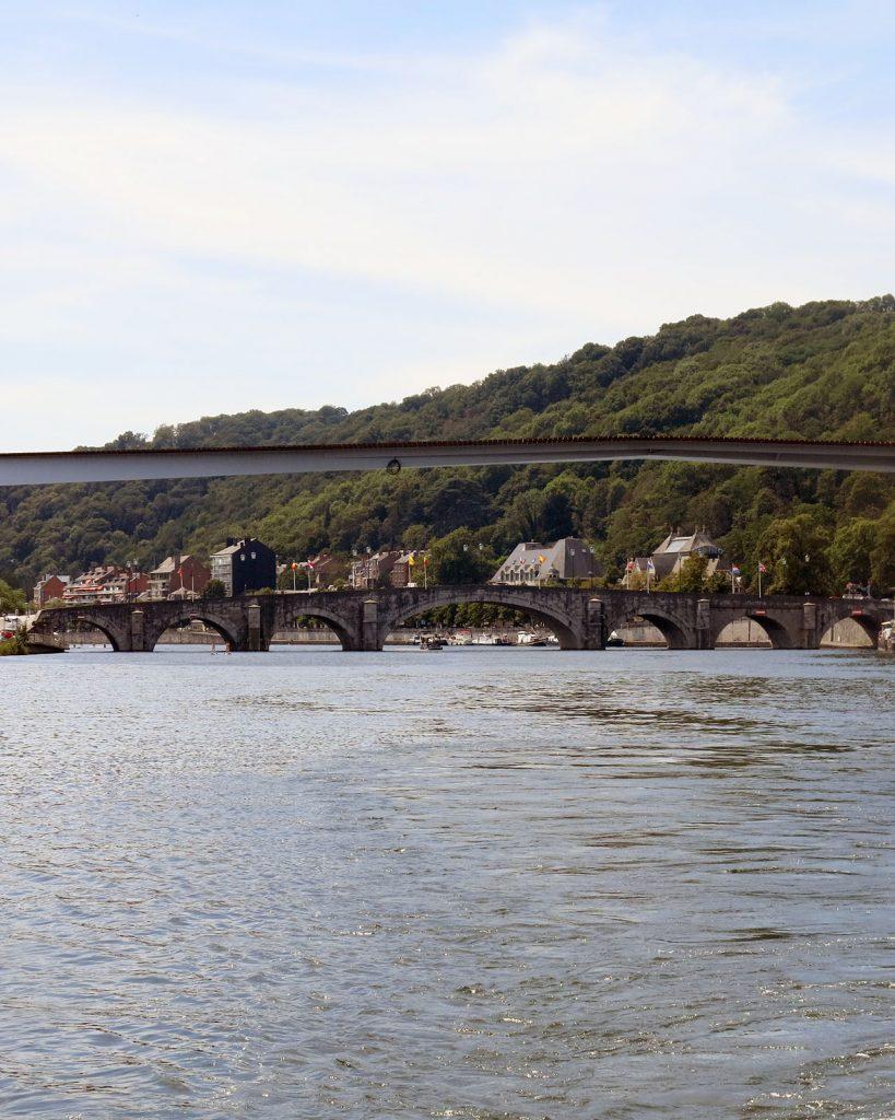 Die Brücke von Jambes, rechts nach der Brücke der Quai du Casino